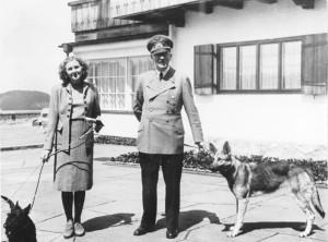 """Adolf Hitler und Eva Braun auf dem Berghof Extra information: Obersalzberg- Adolf Hitler und Eva Braun mit Hunden (Schäferhund """"Blondi"""") auf dem Berghof"""